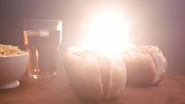 Hot dog két kolbásszal, szósszal, ketchuppal és mustárral