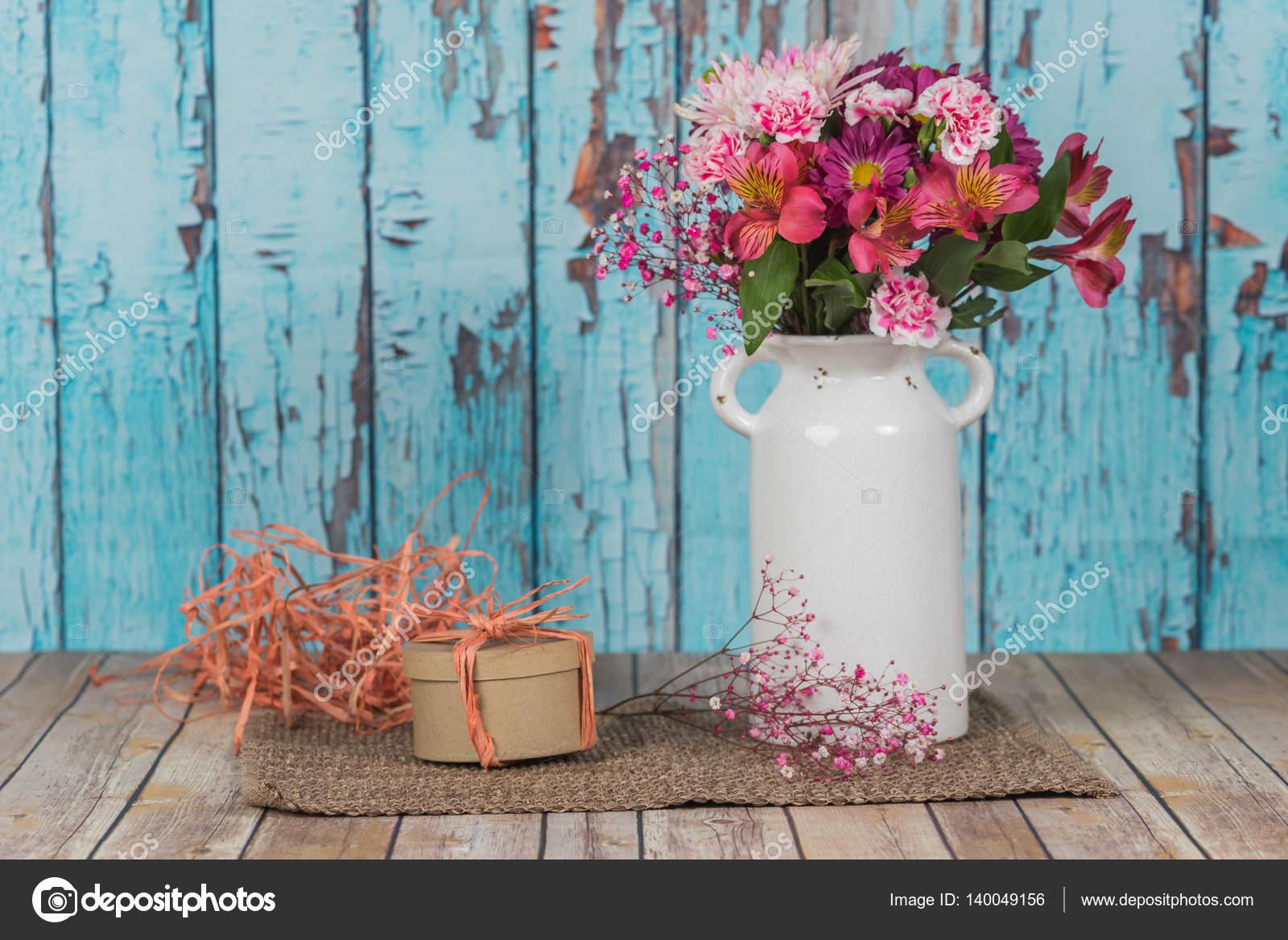 vintage vase mit blumen und ein geschenk verpackt bast. Black Bedroom Furniture Sets. Home Design Ideas