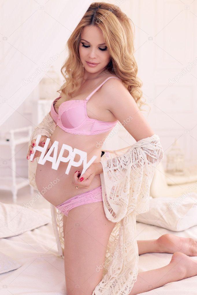 551bb6db18b Módní fotografie interiéru nádherná těhotná žena má dlouhé blond vlasy v elegantní  spodní prádlo — Fotografie od ...