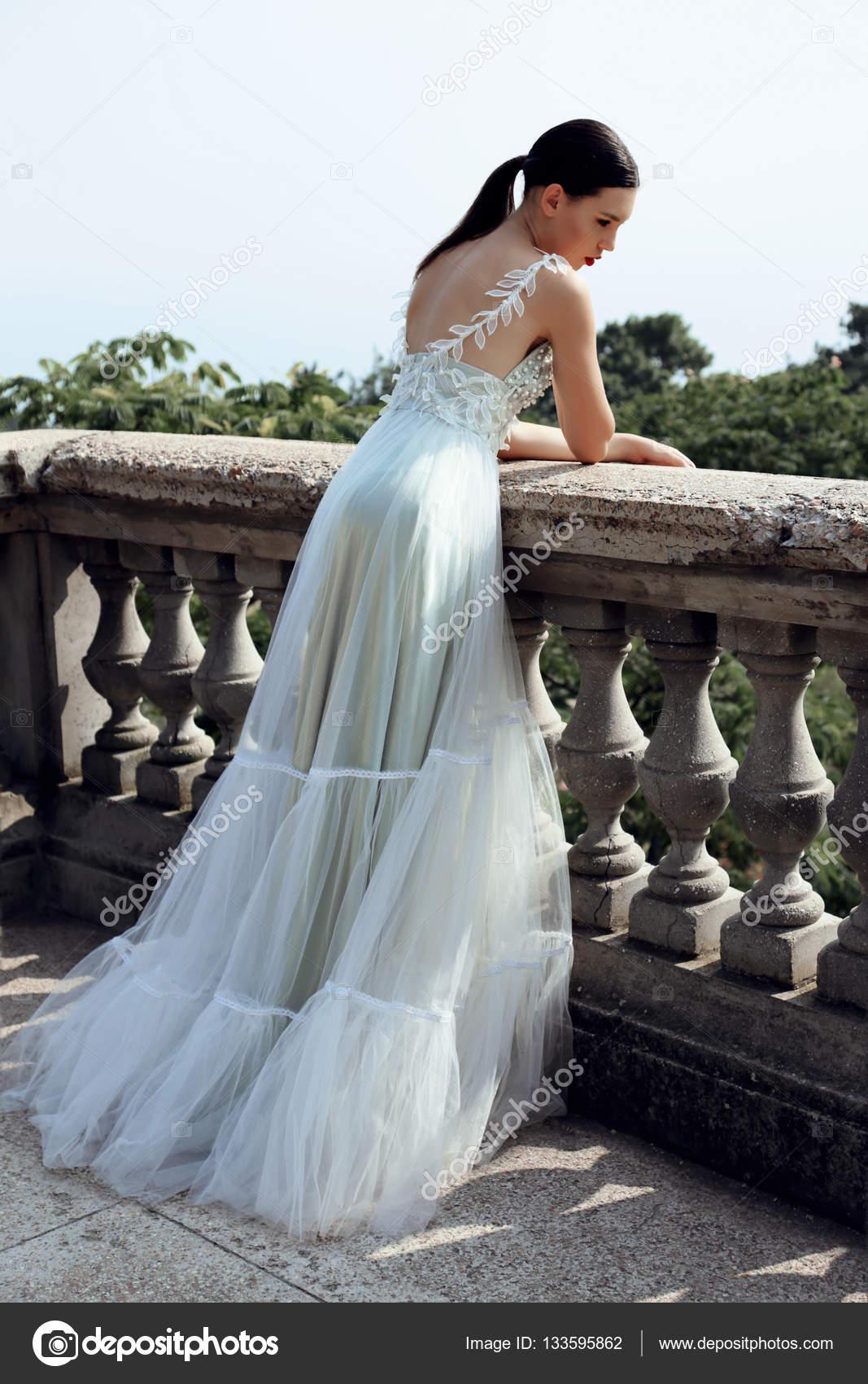 hermosa novia joven con el pelo oscuro en elegante vestido de novia ...