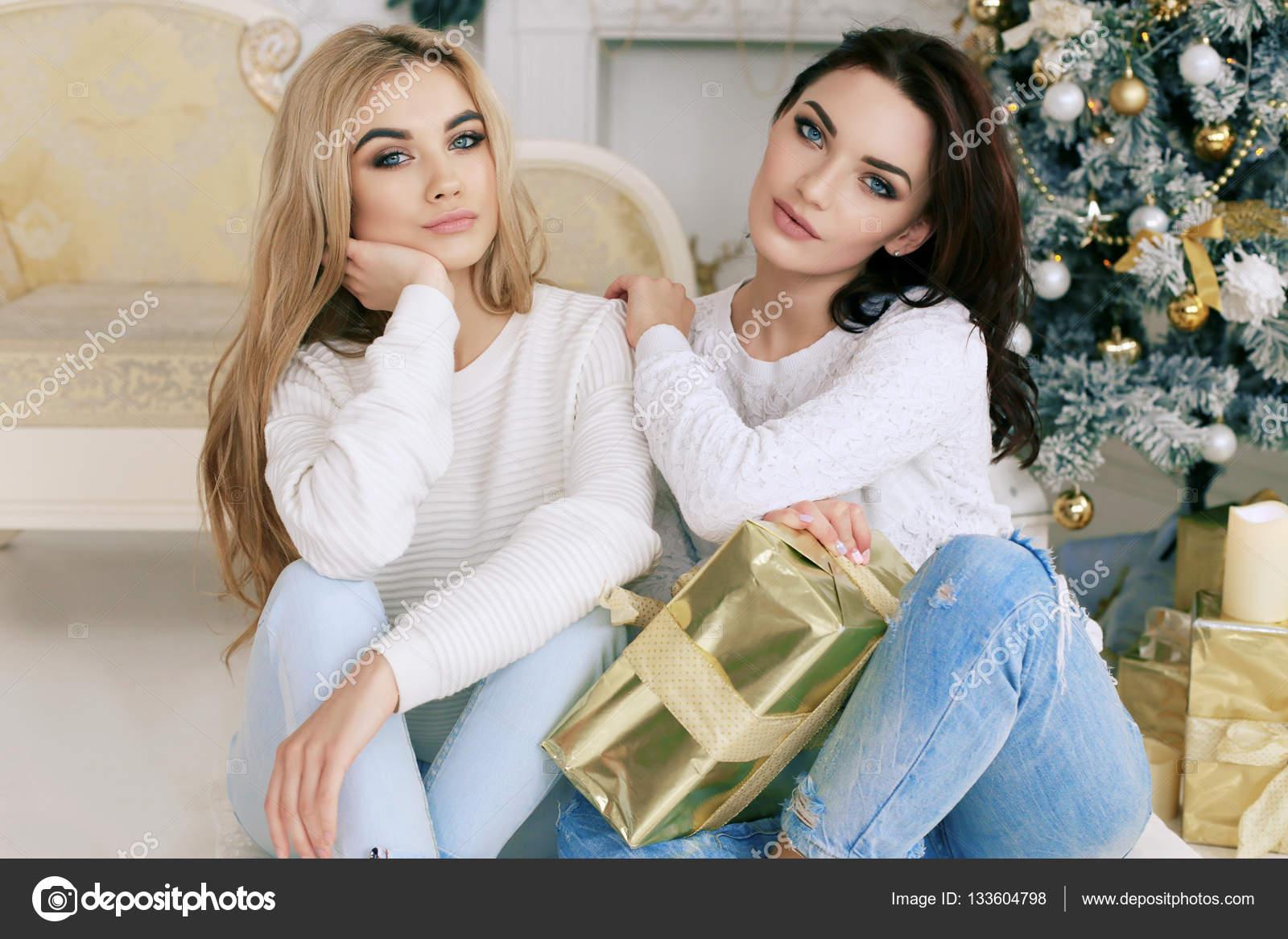 18edca546ca Όμορφα κορίτσια στο άνετο σπίτι ρούχα γιορτάζουν το νέο έτος διακοπές —  Φωτογραφία Αρχείου