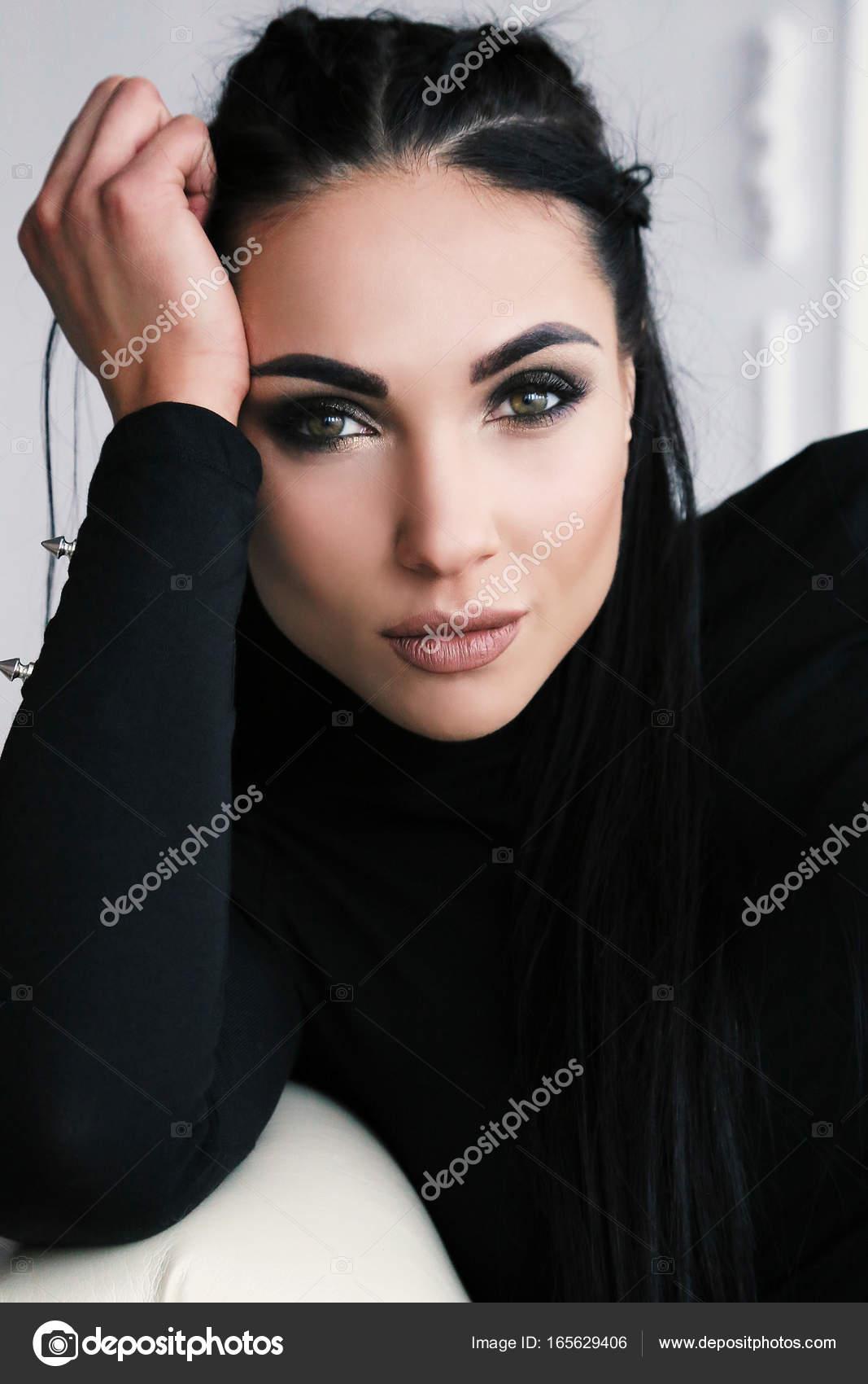 c7d216f7dba σέξι γυναίκα με σκούρα μαλλιά σε sportive ρούχα — Φωτογραφία Αρχείου ...