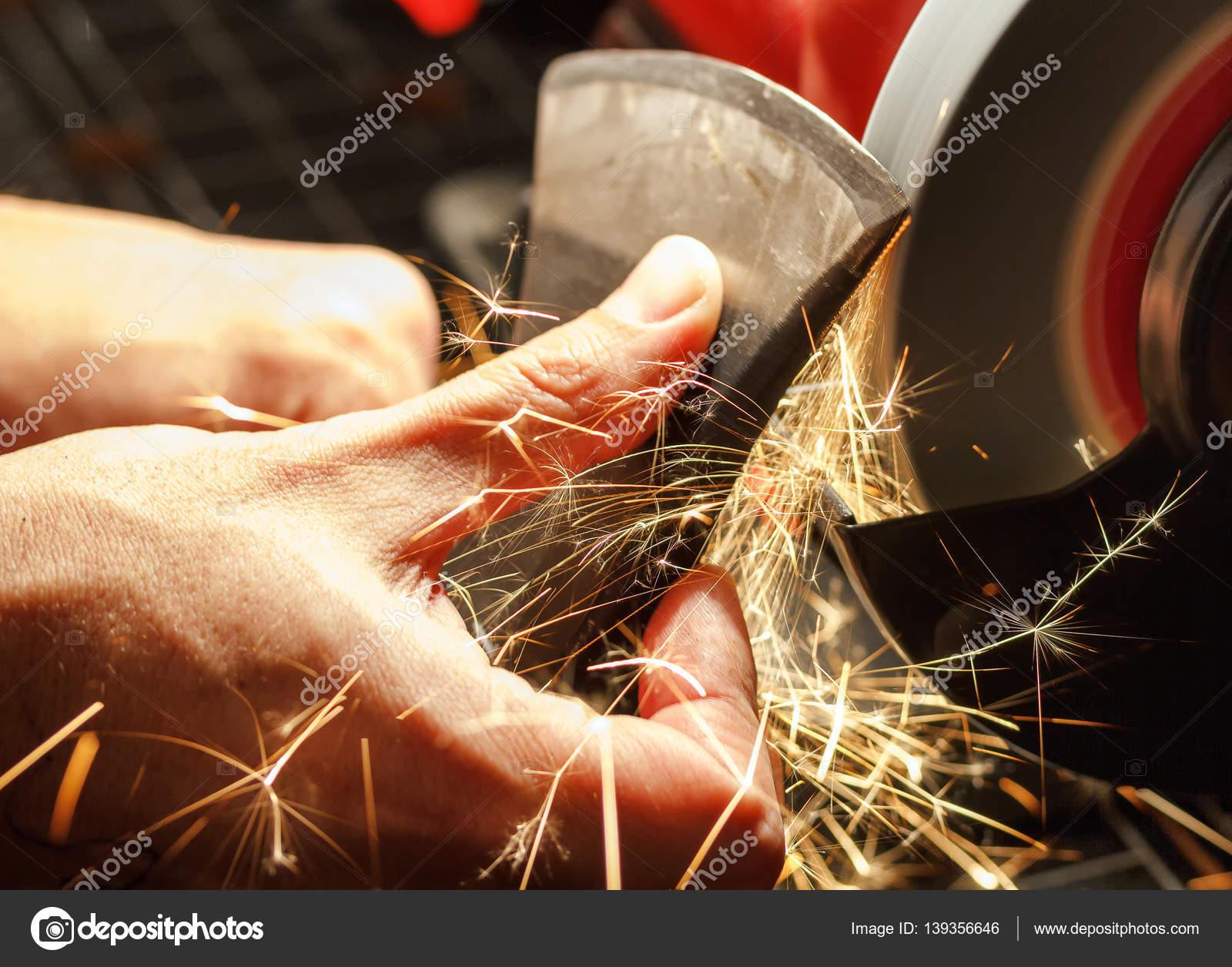 nahaufnahme von hand schärfen die axt schärfen maschine — stockfoto