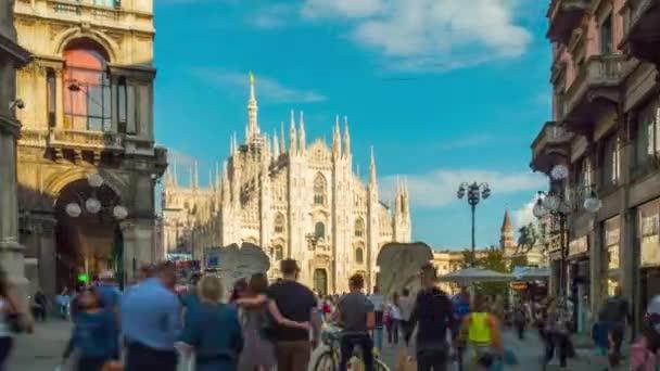 soleggiata panoramica di cattedrale affollata strada a piedi famoso duomo di Milano 4 tempo di k scadere Italia