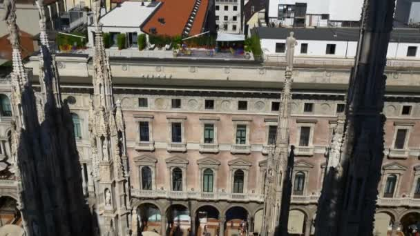turisti sul tetto della Piazza del Duomo