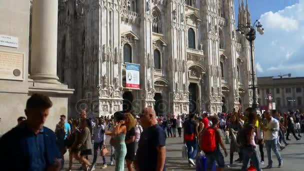 Italia Milano giornata soleggiata duomo Cattedrale galleria uscita vista frontale 4k