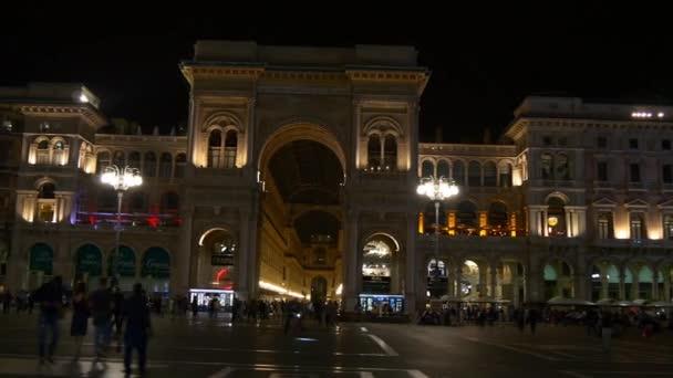 Italia notte illuminazione Milano shopping Galleria piazza duomo a piedi panorama 4K