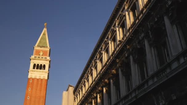 Az emberek gyalog a San Marco tér
