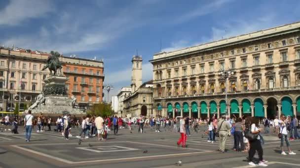 lidé chodí na náměstí s katedrálou duomo