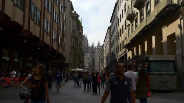 turisti che camminano su accoglienti strade di Milano