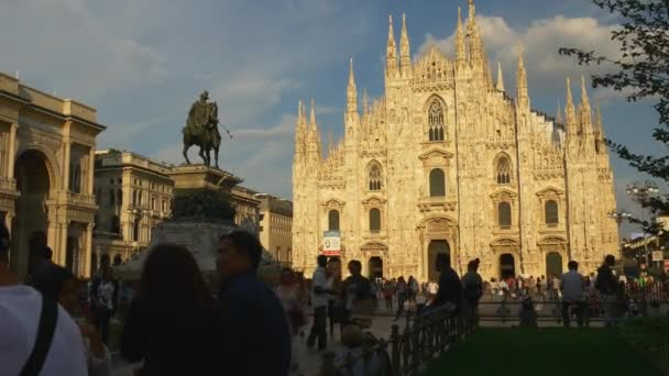 Turisti in visita a Piazza del Duomo