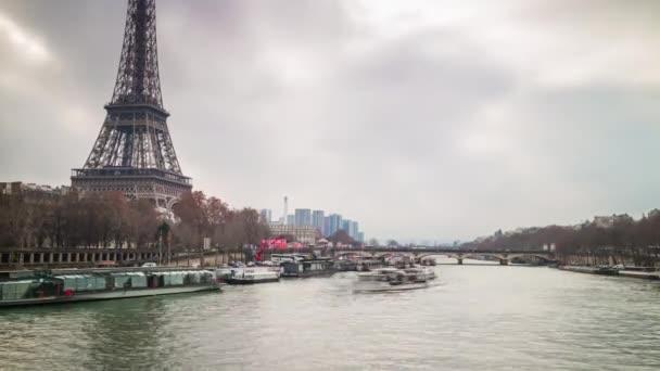 Az Eiffel-torony Párizs utca-és városrészlet