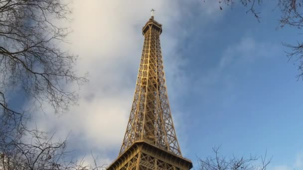turisté na Eiffelovu věž