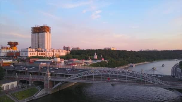 Západ slunce Moskva město u řeky Národní akademie věd letecké panorama 4k Rusku