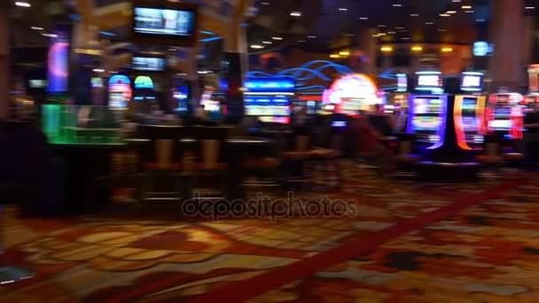 lidé uvnitř kasina