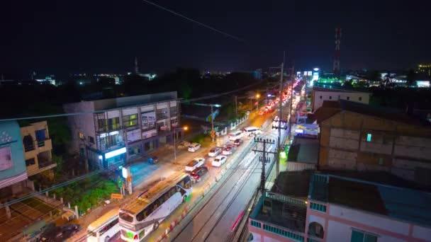 Panorama pobřeží noci v Phuketu