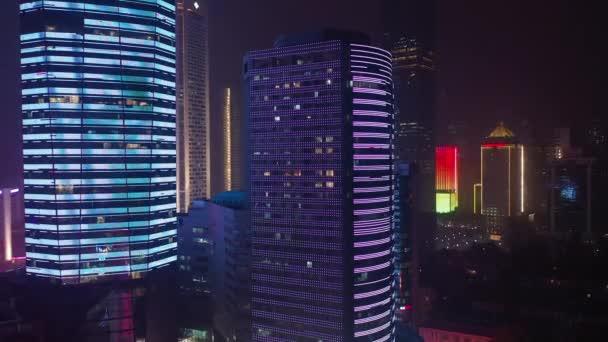 Éjszakai repülés világított nanjing város légi panoráma 4K felvételek