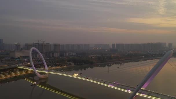 Večerní čas letu nad Nanjing městské dopravy letecké panorama 4k záběry