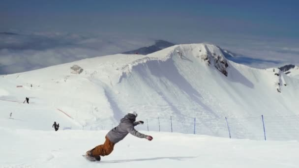 Aktiver Mann Snowboarder am Hang.