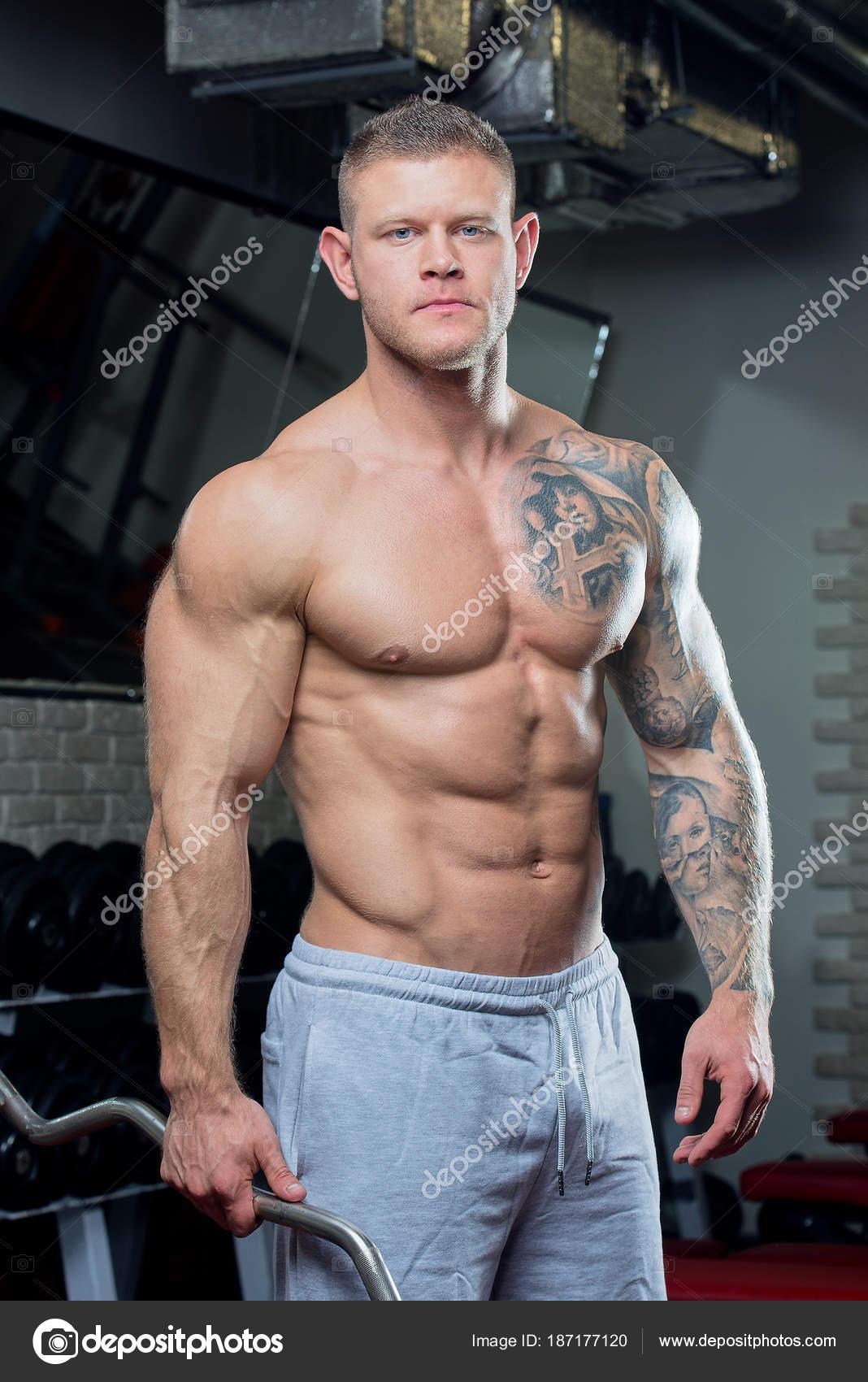 Muskularny Mężczyzna Shirtless Niebieskimi Oczami Tatuaż