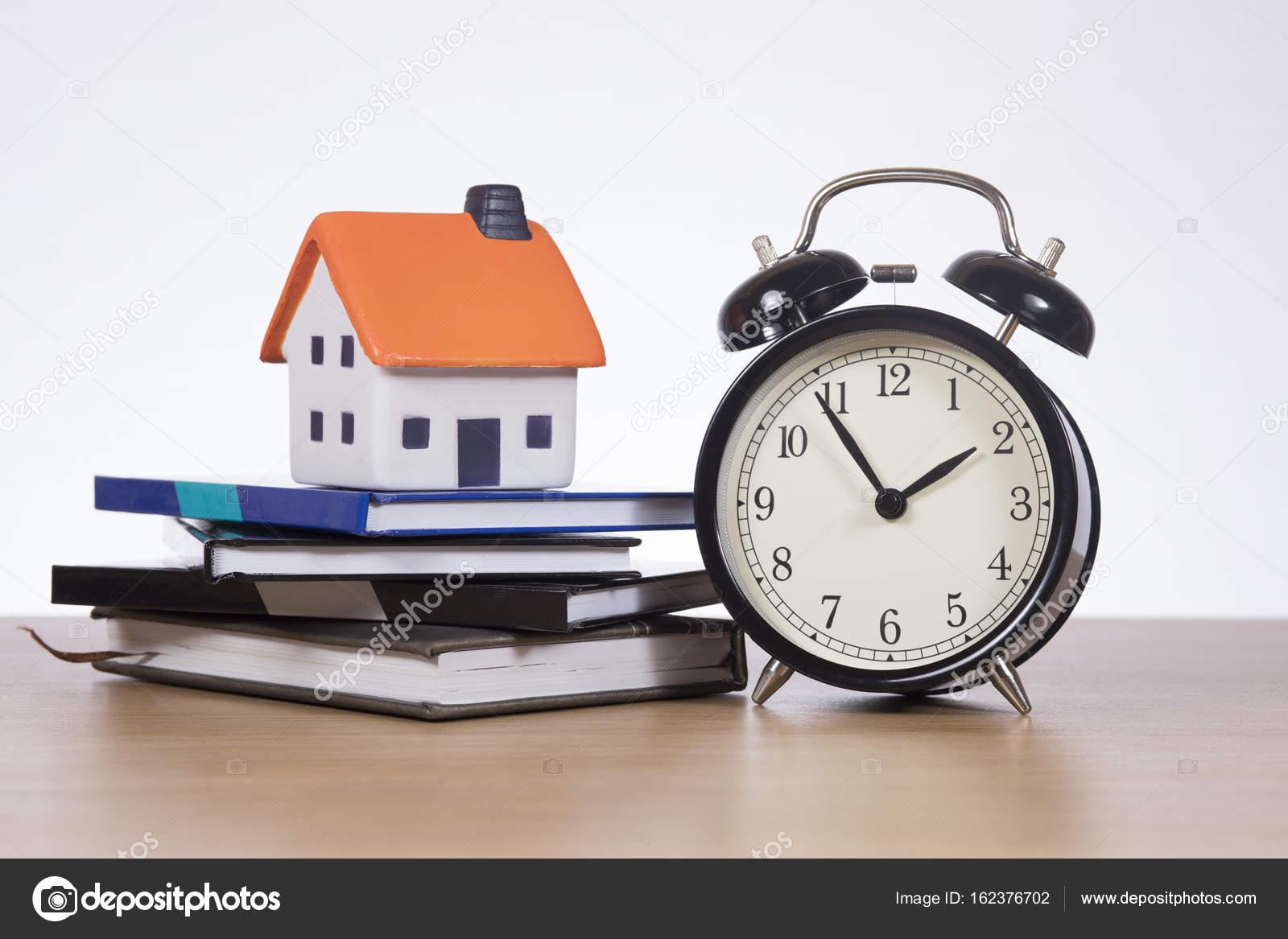 Eigenheim Finanzierung Konzept Mit Tickende Uhr Und Bücher U2014 Stockfoto