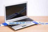 Prázdné kanceláři laptop a policie zločinu scénu páska