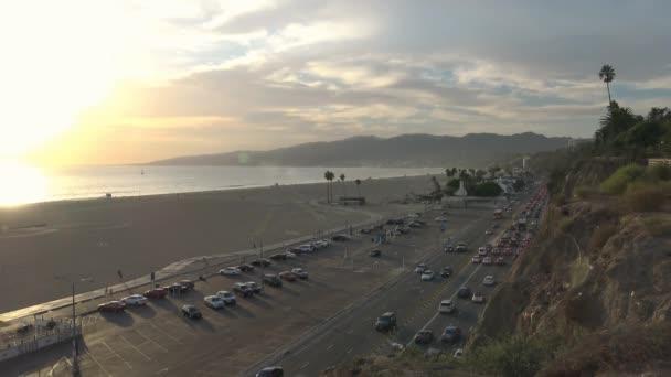 Malebný západ slunce na pobřeží Santa Monica. Los Angeles.