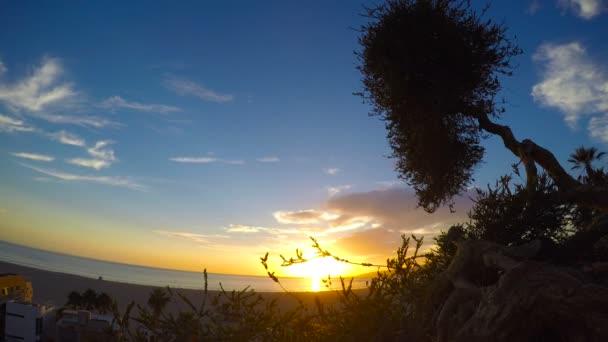 Malebný západ slunce na pobřeží Santa Monica. Los Angeles. Kalifornie