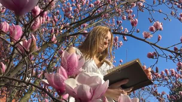 Oblíbená četba v květinové zahradě Magnolia je skutečný požitek.