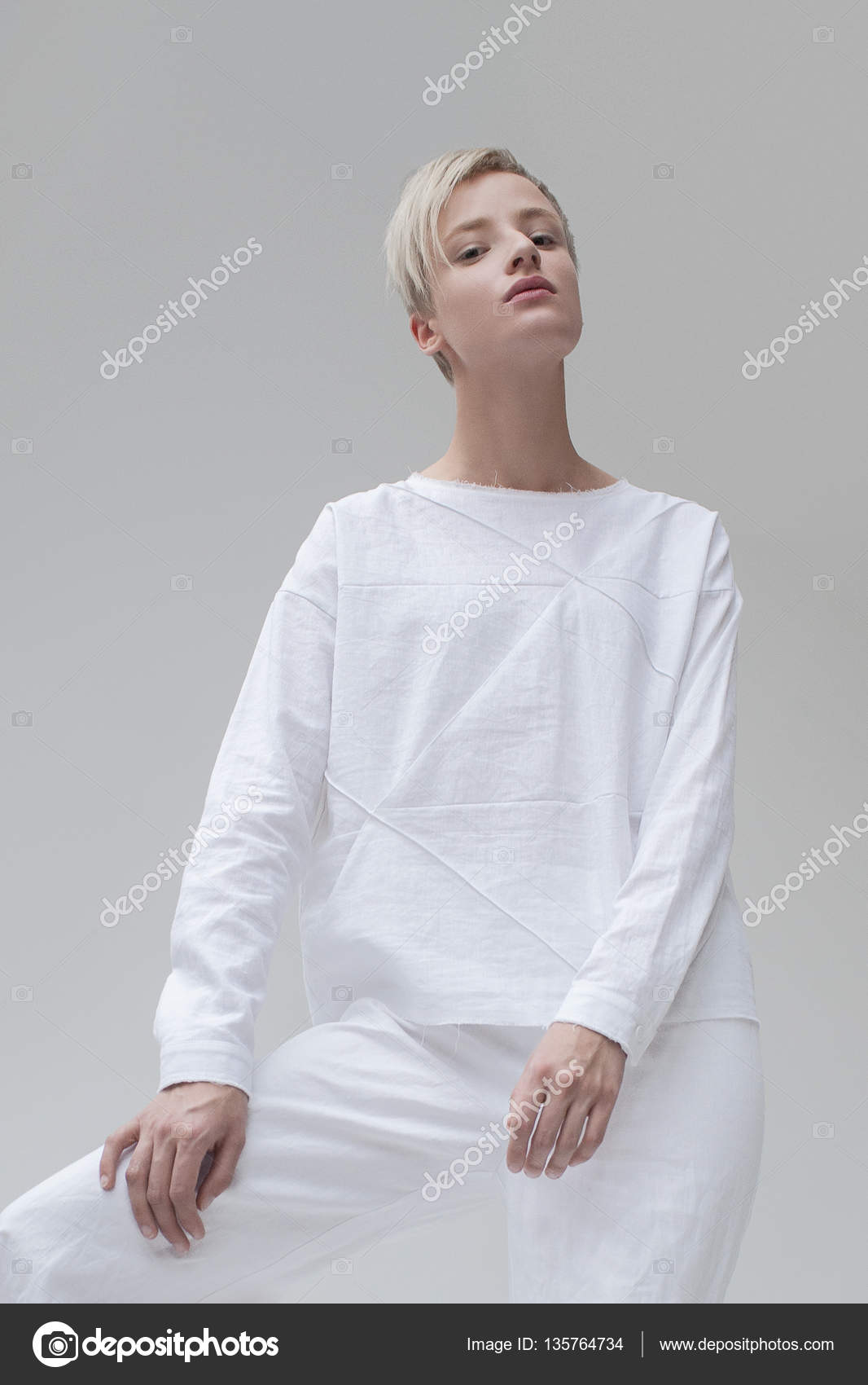 Stylowa Dziewczyna Z Blond Fryzury Krótkie W