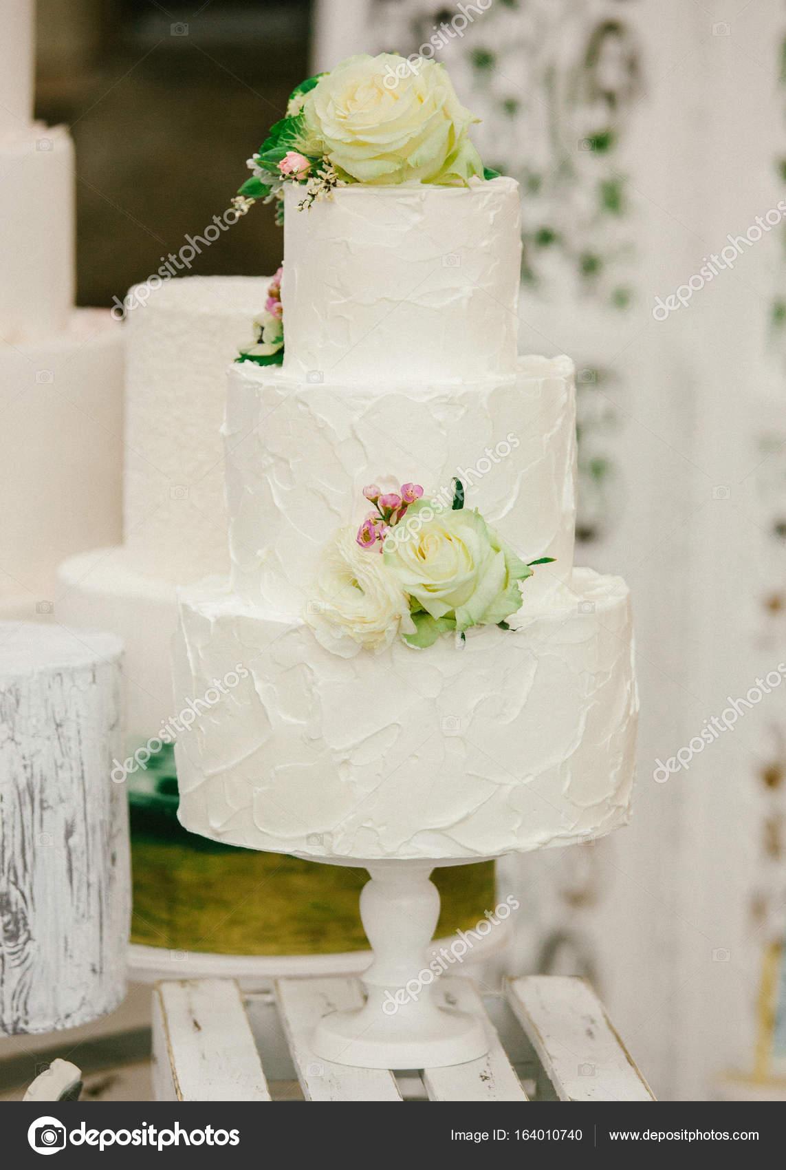 Eine Klassische Abgestufte Hochzeitstorte Mit Rosen Blumen