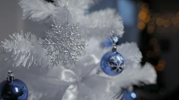 Vánoční strom zdobí hračky