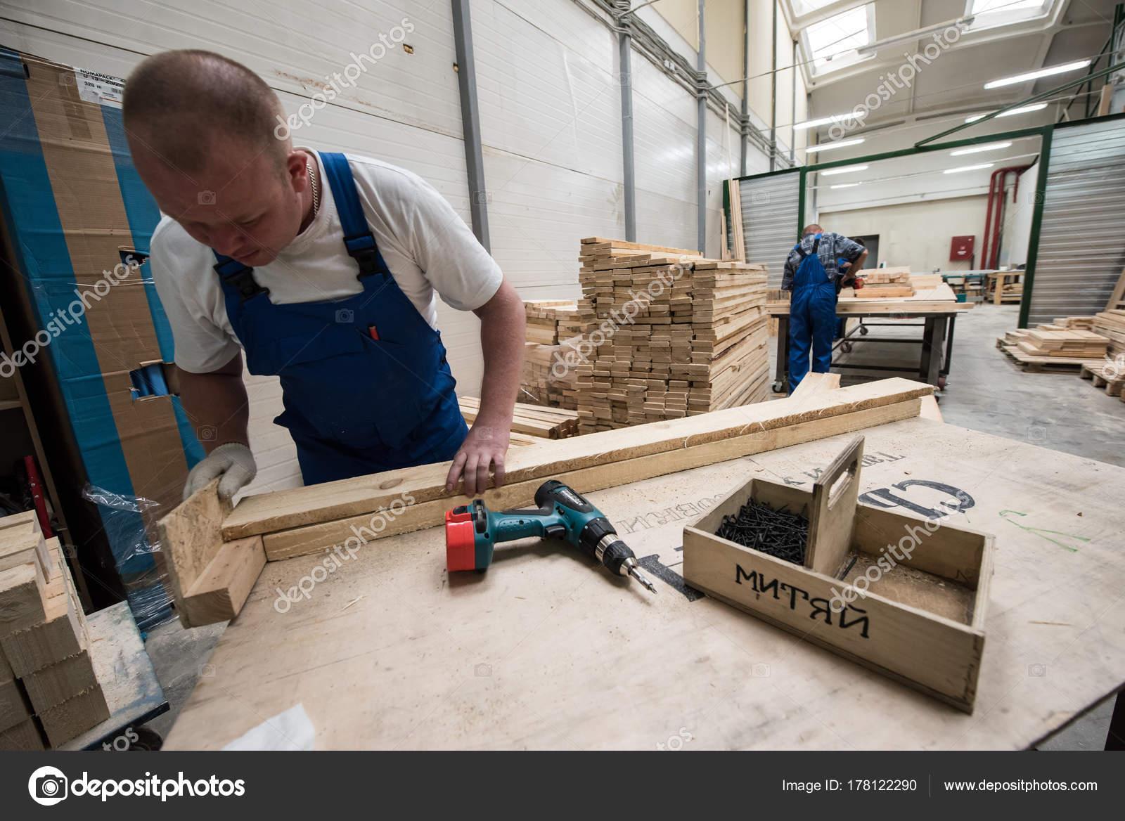 Herstellung von Möbeln. Bearbeitung von Spanplatten Blechen ...