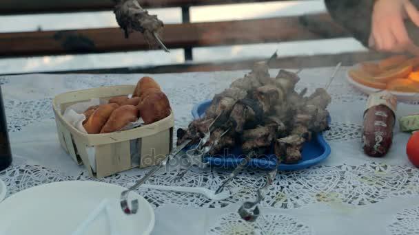 Ražniči na stole na zimní den