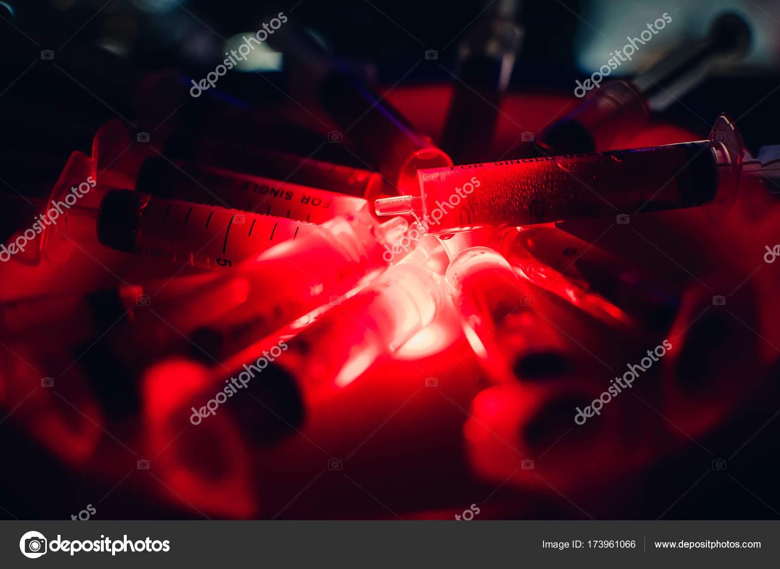 Siringhe con creatinina sangue halloween orribile su uno sfondo