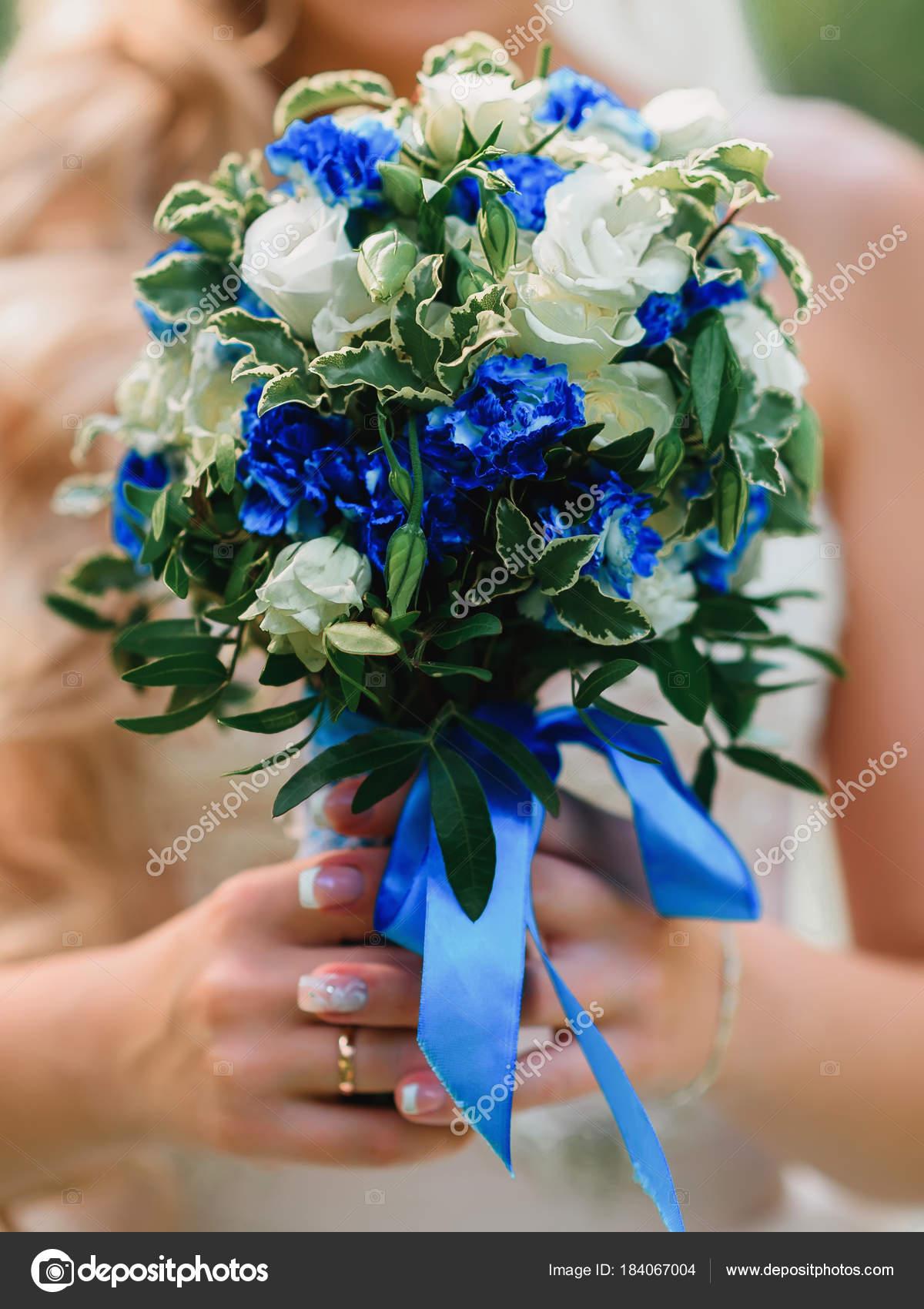 Bouquet Sposa Con Rose Bianche E Blu.Bouquet Da Sposa Con Rose Bianche E Fiori Blu Nelle Mani