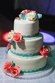 esküvői torta, a krém virágokkal díszített fehér máz meghatározási szintek