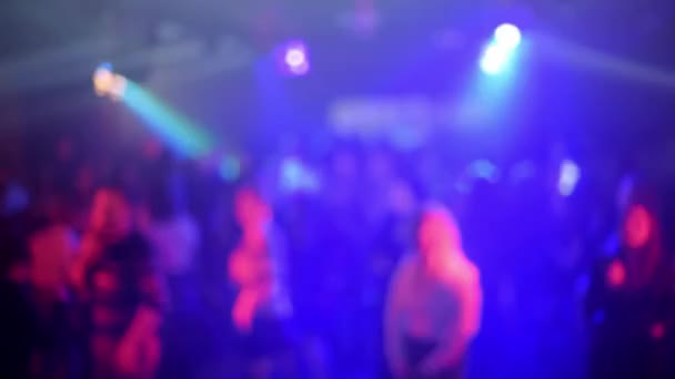 elmosódott sziluettek egy csomó táncoló ember a táncparketten egy élő zenei koncerten