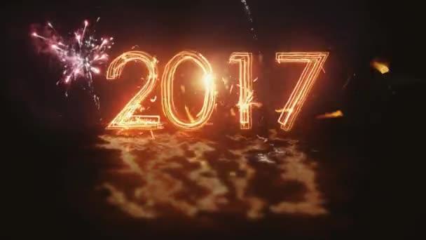 Boldog új évet 2017 felirat csillagszórók a fekete háttér. Tűzijátékok a háttérben