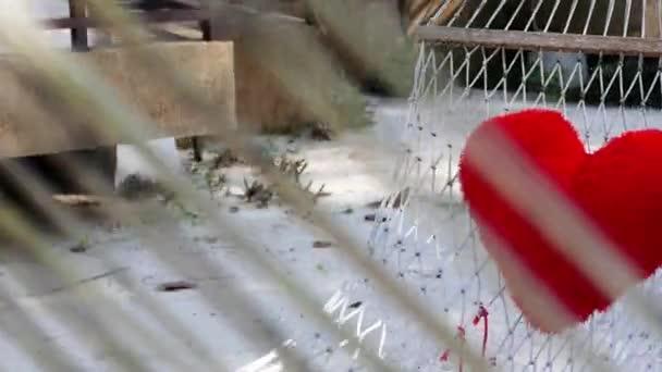 Valentinky den pozadí s ručně vyráběné hračky srdce dřevěný stůl