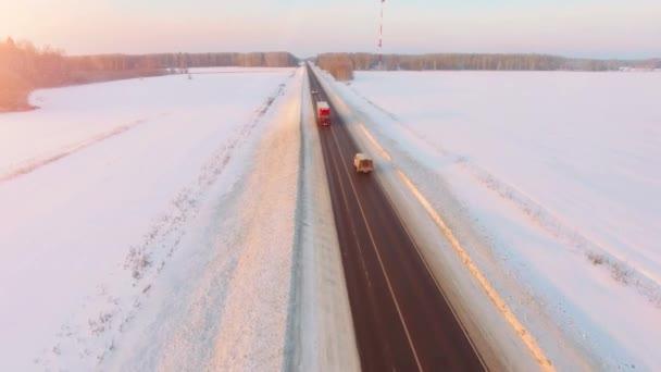 Velké červené auto jednotky na dálnici sníh v západy slunce