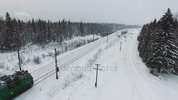 Pohled shora nákladní vlak s vagóny na železnicích v zimě