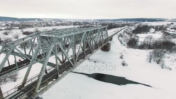 Železniční přejezd most zastřelil v černé a bílé na chladné zimní den