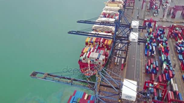 Letecký pohled na obrovské průmyslové port s kontejnery a obrovské lodi. Rozmazané všechny značky značky.