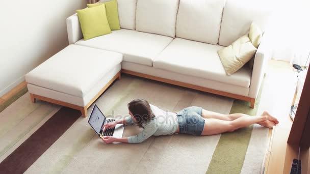 glückliche Frau beim Online-Shopping zu Hause