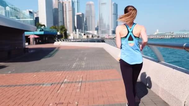 Zpomalený pohyb. Mladí fitness žena běžec běží na město Hong Kong.