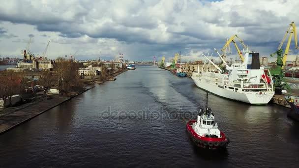 Letecký pohled na průmyslový přístav v Rusku