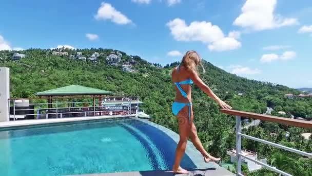 Schöne Frau zu Fuß rund um Pool. Meerblick von Luxusvilla.