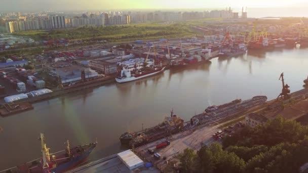 Letecký pohled na kontejnerovou loď v import export a obchodní logistika, jeřáb, obchodní přístav nadhled, vodní doprava, mezinárodní, mořské prostředí, doprava