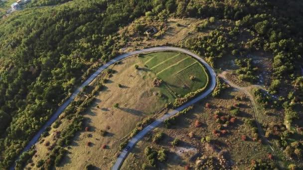A légi felvétel a egy vidéki út halad át az erdő